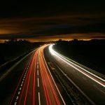 طرق سريعة تقوم تلقائيا بشحن السيارات والشاحنات الكهربائية